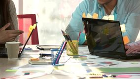 Ομάδα ανθρώπων που εργάζεται σε ένα ακατάστατο γραφείο γραφείων απόθεμα βίντεο