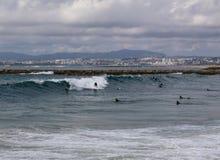 Ομάδα ανθρώπων που πιάνει τα κύματα στοκ φωτογραφίες με δικαίωμα ελεύθερης χρήσης
