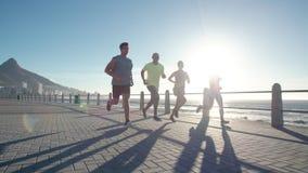 Ομάδα ανθρώπων που τρέχει στο ωκεάνιο μέτωπο φιλμ μικρού μήκους