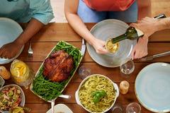 Ομάδα ανθρώπων που τρώει και κρασί κατανάλωσης Στοκ φωτογραφία με δικαίωμα ελεύθερης χρήσης