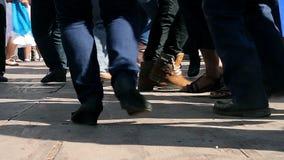 Ομάδα ανθρώπων που χορεύει στη δημόσια πλατεία της πόλης Xilitla κατά τη διάρκεια των του χωριού εορτασμών φιλμ μικρού μήκους