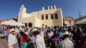 Ομάδα ανθρώπων που χορεύει στη δημόσια πλατεία της πόλης Xilitla κατά τη διάρκεια των του χωριού εορτασμών απόθεμα βίντεο