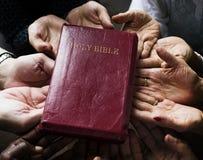 Ομάδα ανθρώπων χριστιανισμού που προσεύχονται την ελπίδα από κοινού στοκ φωτογραφίες με δικαίωμα ελεύθερης χρήσης
