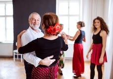 Ομάδα ανώτερων ανθρώπων στη χορεύοντας κατηγορία με το δάσκαλο χορού στοκ εικόνες