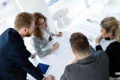 Ομάδα αρχιτεκτόνων που εργάζονται στην επιχειρησιακή συνεδρίαση Στοκ φωτογραφία με δικαίωμα ελεύθερης χρήσης