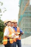 Ομάδα αρχιτεκτόνων που εργάζονται στο εργοτάξιο οικοδομής στοκ φωτογραφία
