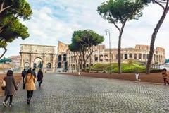 Ομάδα ασιατικής επικεφαλίδας τουριστών σε Colosseum Στοκ φωτογραφίες με δικαίωμα ελεύθερης χρήσης