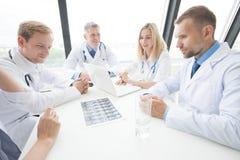 Ομάδα γιατρών με την των ακτίνων X ανίχνευση Στοκ φωτογραφίες με δικαίωμα ελεύθερης χρήσης