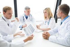 Ομάδα γιατρών με την των ακτίνων X ανίχνευση Στοκ Φωτογραφίες