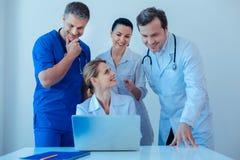 Ομάδα γιατρών που εξετάζουν τον υπολογιστή στοκ εικόνες με δικαίωμα ελεύθερης χρήσης