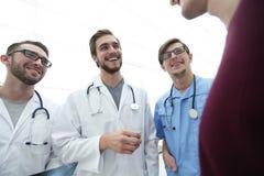 Ομάδα γιατρών που συμβουλεύουν τον ασθενή στοκ φωτογραφίες