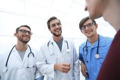 Ομάδα γιατρών που συμβουλεύουν τον ασθενή στοκ εικόνα