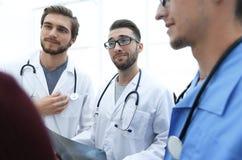 Ομάδα γιατρών που συμβουλεύουν τον ασθενή στοκ εικόνες