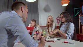 Ομάδα γραφείων που συζητά τα πράγματα στην εργασία απόθεμα βίντεο