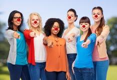 Ομάδα γυναικών που δείχνουν το δάχτυλο στην κόκκινη ημέρα μύτης Στοκ Εικόνες