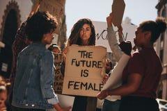 Ομάδα γυναικών που διαμαρτύρονται υπαίθρια Στοκ Εικόνα