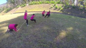 Ομάδα γυναικών που παίζουν τη σύγκρουση κατά τη διάρκεια της κατάρτισης σειράς μαθημάτων εμποδίων 4k φιλμ μικρού μήκους
