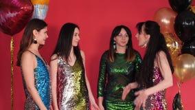 Ομάδα γυναικών στα όμορφα φορέματα που έχουν μια συνομιλία και μια διαφωνία φιλμ μικρού μήκους