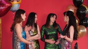 Ομάδα γυναικών στα όμορφα φορέματα που έχουν μια συνομιλία και μια διαφωνία απόθεμα βίντεο