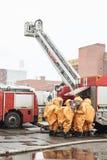 Ομάδα διάσωσης στα καψικά κοστούμια για τον ειδικό εξοπλισμό στοκ φωτογραφίες