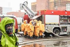 Ομάδα διάσωσης στα καψικά κοστούμια για τον ειδικό εξοπλισμό στοκ εικόνες με δικαίωμα ελεύθερης χρήσης