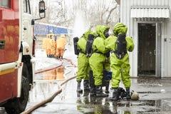 Ομάδα διάσωσης στα κοστούμια για τον ειδικό εξοπλισμό στοκ εικόνες
