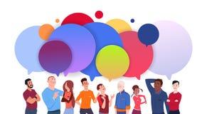 Ομάδα διαφορετικών ανθρώπων με τη ζωηρόχρωμη συνομιλίας φυσαλίδων κινούμενων σχεδίων έννοια επικοινωνίας μέσων ανδρών και γυναικώ διανυσματική απεικόνιση
