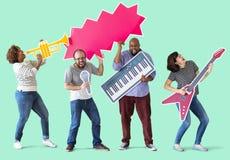 Ομάδα διαφορετικών ανθρώπων που απολαμβάνουν τα όργανα μουσικής Στοκ φωτογραφία με δικαίωμα ελεύθερης χρήσης