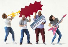 Ομάδα διαφορετικών ανθρώπων που απολαμβάνουν τα όργανα μουσικής Στοκ φωτογραφίες με δικαίωμα ελεύθερης χρήσης