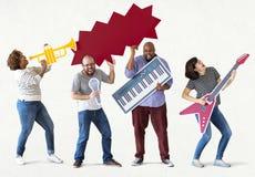 Ομάδα διαφορετικών ανθρώπων που απολαμβάνουν τα όργανα μουσικής Στοκ εικόνα με δικαίωμα ελεύθερης χρήσης