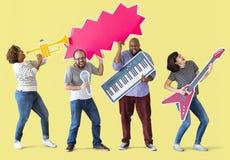 Ομάδα διαφορετικών ανθρώπων που απολαμβάνουν τα όργανα μουσικής Στοκ Φωτογραφία