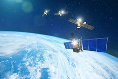 Ομάδα δορυφόρων σε μια σειρά που βάζει τη γη, για την επικοινωνία και τα συστήματα παρακολούθησης σε τροχιά Στοιχεία αυτής της ει ελεύθερη απεικόνιση δικαιώματος