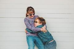 Ομάδα δύο αστείων παιδιών που παίζουν μαζί έξω Στοκ Φωτογραφία