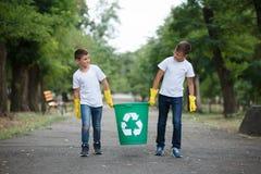 Ομάδα εθελοντικού περιβάλλοντος φιλανθρωπίας συλλογής απορριμάτων βοήθειας παιδιών, εκλεκτική μαλακή εστίαση εργασία ομάδων Στοκ φωτογραφία με δικαίωμα ελεύθερης χρήσης