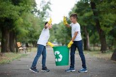 Ομάδα εθελοντικού περιβάλλοντος φιλανθρωπίας συλλογής απορριμάτων βοήθειας παιδιών, εκλεκτική μαλακή εστίαση εργασία ομάδων Στοκ φωτογραφίες με δικαίωμα ελεύθερης χρήσης