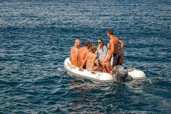 Ομάδα ενήλικων ανθρώπων στη μικρή βάρκα Στοκ Εικόνα