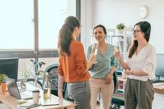 Ομάδα εορτασμού τριών επιχειρησιακών γυναικών Στοκ Εικόνα