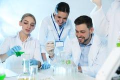 Ομάδα επιστημόνων που εργάζονται στο εργαστήριο χημείας στοκ εικόνες