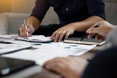 Ομάδα επιτυχών επιχειρηματιών που συζητούν τη γραφική εργασία και το usi Στοκ Εικόνα