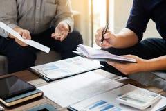 Ομάδα επιτυχών επιχειρηματιών που συζητούν τη γραφική εργασία και το usi Στοκ φωτογραφίες με δικαίωμα ελεύθερης χρήσης