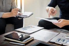 Ομάδα επιτυχών επιχειρηματιών που συζητούν τη γραφική εργασία και το usi Στοκ Εικόνες