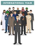 Ομάδα επιχειρηματιών ατόμων που στέκονται μαζί στο άσπρο υπόβαθρο στο επίπεδο ύφος Επιχειρησιακή ομάδα και έννοια ομαδικής εργασί Στοκ Εικόνες