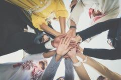 Ομάδα επιχειρηματιών που ενώνουν τα χέρια μαύρη ζωηρόχρωμη εργασία ομάδων κουκλών έννοιας ανασκόπησης στοκ φωτογραφίες με δικαίωμα ελεύθερης χρήσης