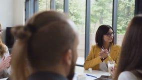 Ομάδα επιχειρηματιών που επιδοκιμάζουν συγχαίροντας τον επιχειρησιακό συνάδελφο με την επιτυχή παρουσίαση στη συνεδρίαση των διασ απόθεμα βίντεο
