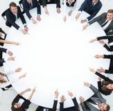 Ομάδα επιχειρηματιών που κάθονται στη διάσκεψη στρογγυλής τραπέζης Η επιχειρησιακή έννοια στοκ εικόνα με δικαίωμα ελεύθερης χρήσης