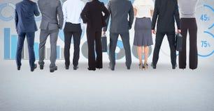 Ομάδα επιχειρηματιών που στέκονται μπροστά από τα διαγράμματα απόδοσης στατιστικών Στοκ εικόνες με δικαίωμα ελεύθερης χρήσης