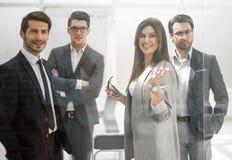 Ομάδα επιχειρηματιών που στέκονται σε ένα σύγχρονο γραφείο στοκ φωτογραφίες