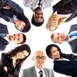 Ομάδα επιχειρηματιών που στέκονται στη συσσώρευση στοκ φωτογραφία