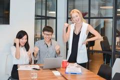 Ομάδα επιχειρηματιών που συναντιούνται σε μια αίθουσα συνεδριάσεων, που μοιράζεται το thei στοκ εικόνα με δικαίωμα ελεύθερης χρήσης