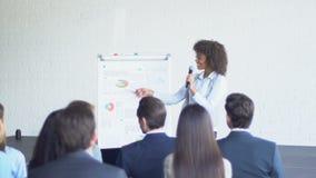 Ομάδα επιχειρηματιών που υποβάλλουν την ερώτηση στην κύρια παρουσίαση επιχειρηματιών στη σύγχρονη αίθουσα συνδιαλέξεων απόθεμα βίντεο